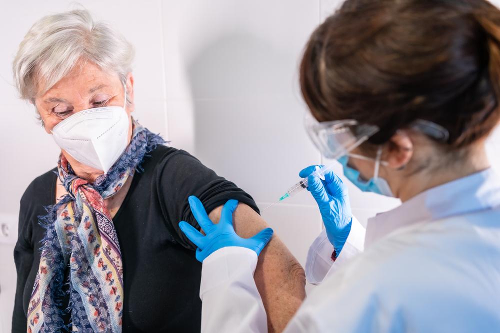 Campagna vaccinazione over 80: signora riceve vaccino