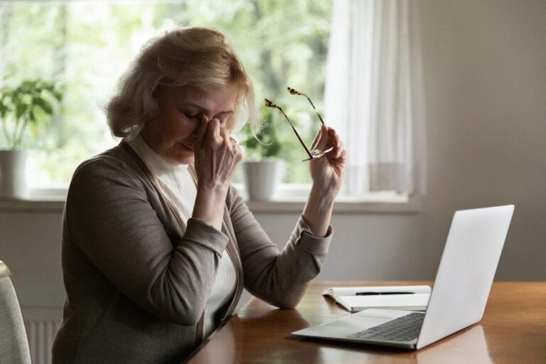 Donna con vista affaticata dopo tante ore davanti allo schermo